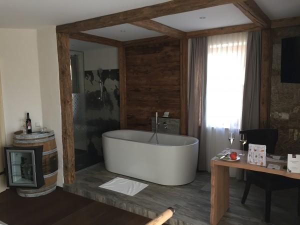 Große freistehende Badewanne im Zimmer