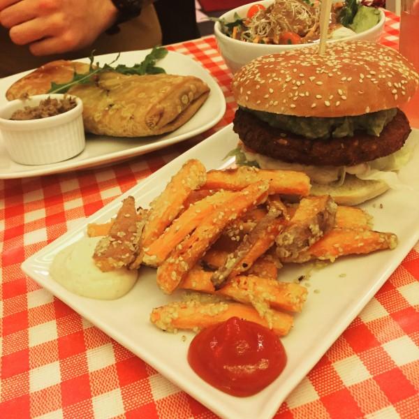 Mega leckeres Essen - Burger mit Avocado, Zwiebel und Sesam-Süßkartoffel-Pommes