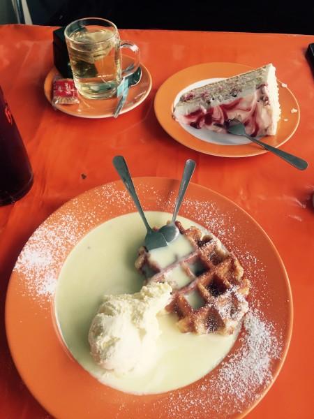 Yumm Waffel mit Vanilleeis und heißer Vanillesauce und Erdbeer-Torte