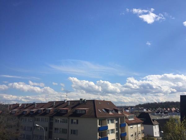 Strahlender Sonnenschein und ein paar Wolken