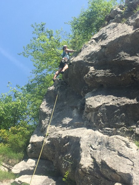 Mein Freund hängt am Felsen