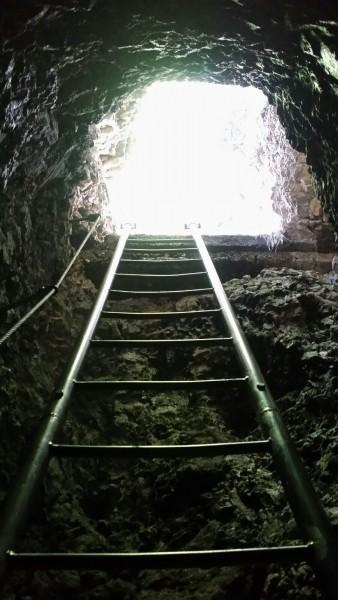 Diese Treppe führte in einen dunklen Tunnel im Berg